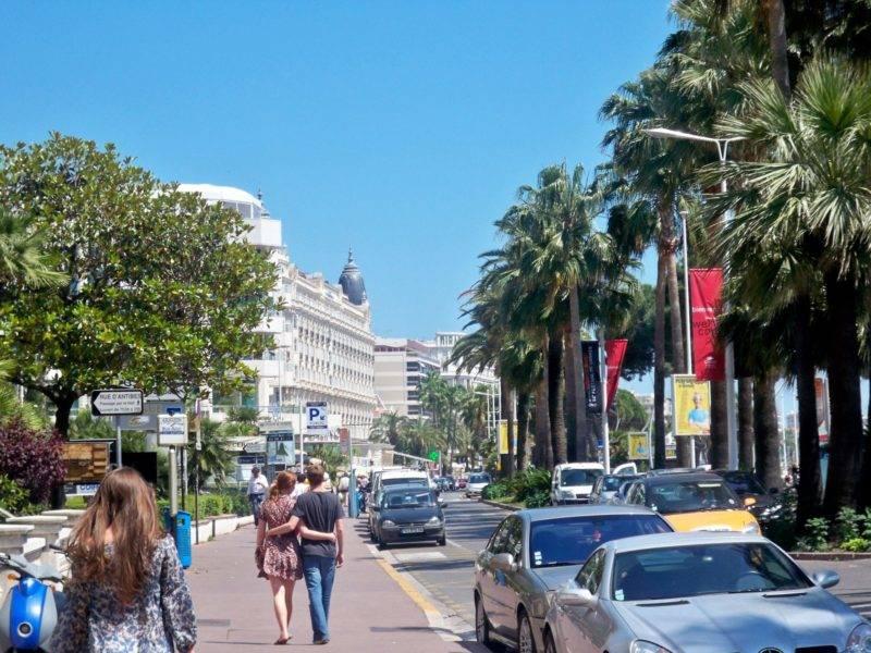 O que fazer em Cannes: caminha pelo simpático calçadão La Croisette.