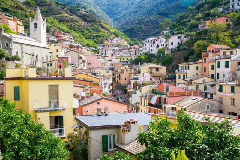 Cinque Terre: cidade de Riomaggiore toda em tons terrosos.