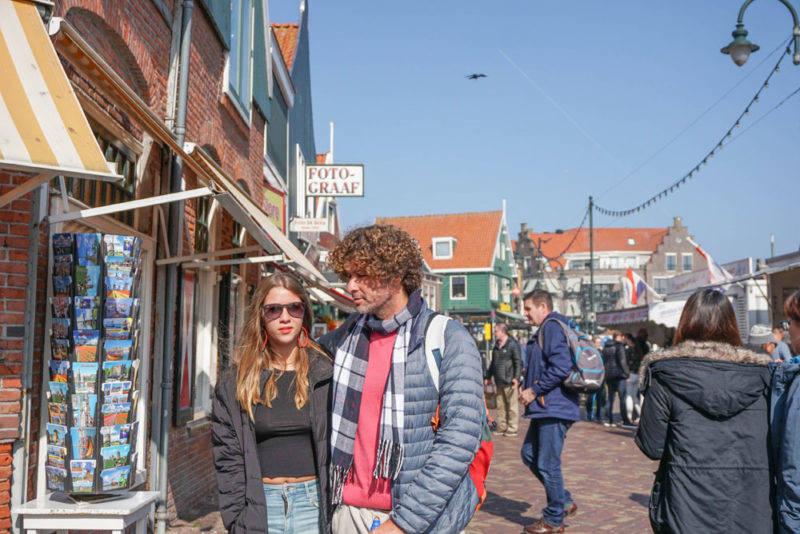 Burburinho nas ruas de Volendam