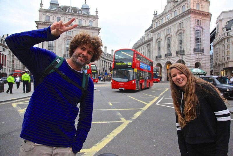 Quanto custa viajar para Londres: Juju e Rico nas ruas de Londres.