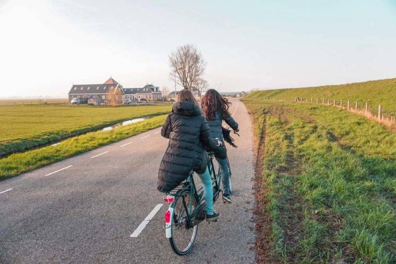 Cidades perto de Amsterdã para fazer um bate-volta: caminho de bike de Volendam para Monnickedam