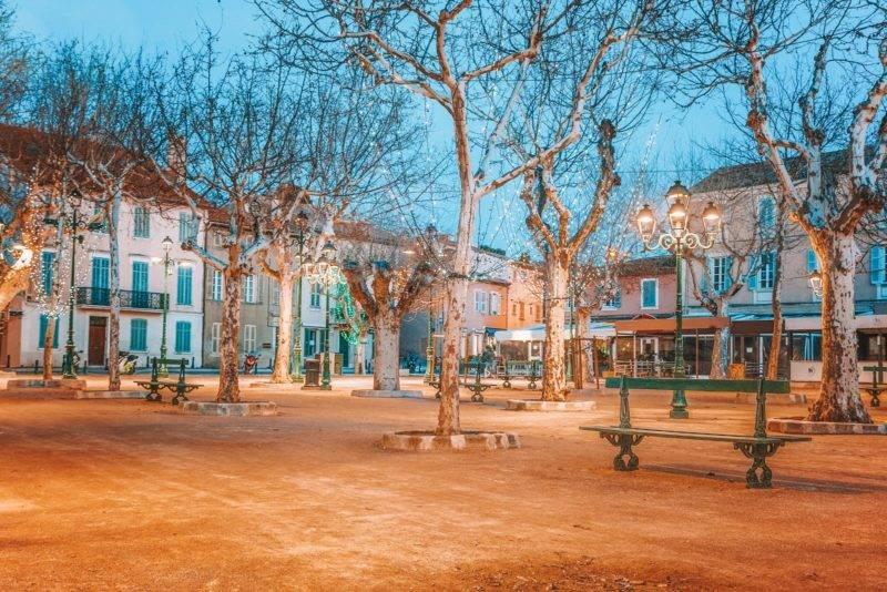 Cidades mais lindas do sul da França: a praça de Lices, em Saint Tropez