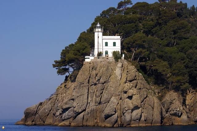 O farol de Portofino na ponta da península do Faro.