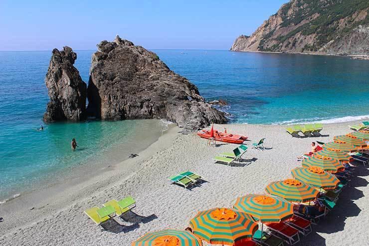 O mar calmo e azul de Monterosso.