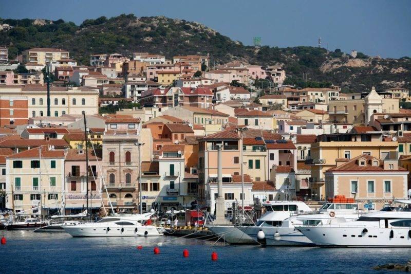 Centro histórico de Maddalena na Sardenha.