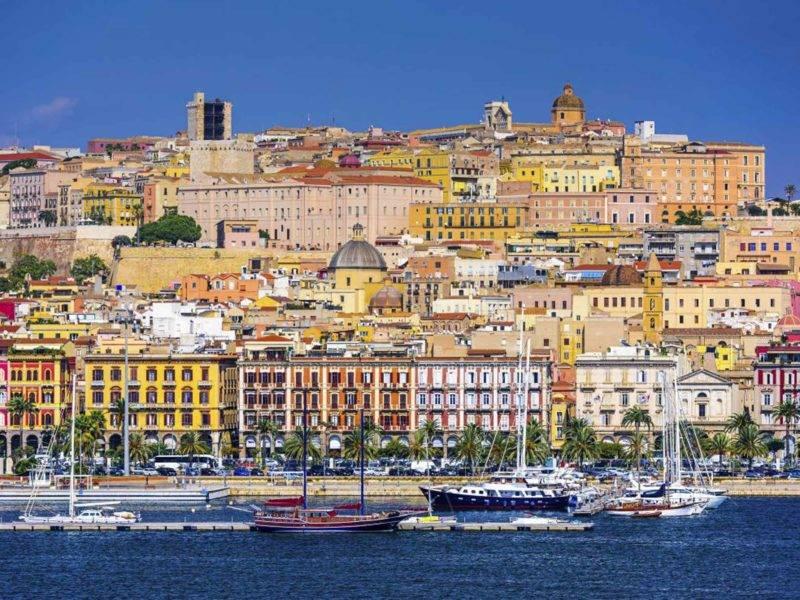 A colorida cidade de Cagliari, no sul da Sardenha.