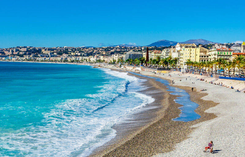 Atrações em Nice: O mar azul da orla principal da cidade.