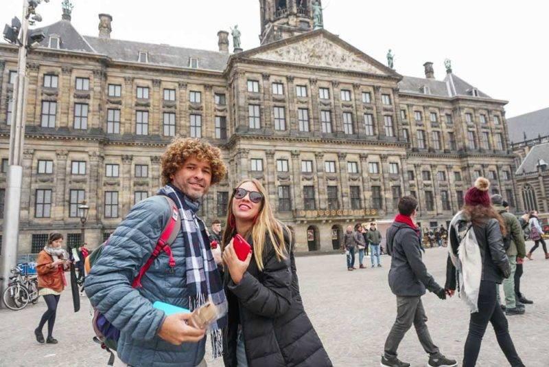 A Dam Square: a praça é uma das mais antigas de Amsterdã, e foi palco de batalhas e momentos históricos importantes. Hoje, é um teatro a céu aberto