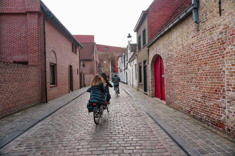 Bruges de bicicleta: alugue uma e se perca pela cidade