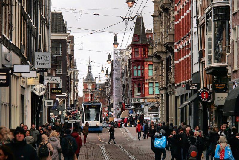Dicas de Amsterdã e Bruges: a Leidestraat, rua com várias lojas na cidade