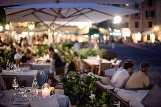 Onde comer em Portofino: quase todos os restaurantes tem mesas na rua.