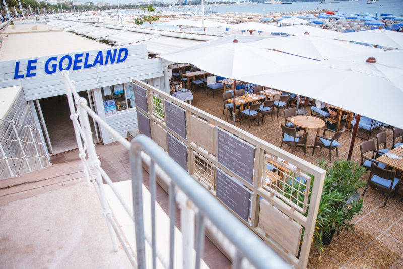 Onde comer em Cannes: Mesas do Le Goeland na orla de Cannes: