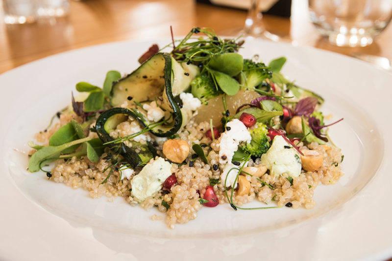 Onde comer em St. Tropez: as saladas frescas são pratos indispensáveis nos restaurantes da cidade.