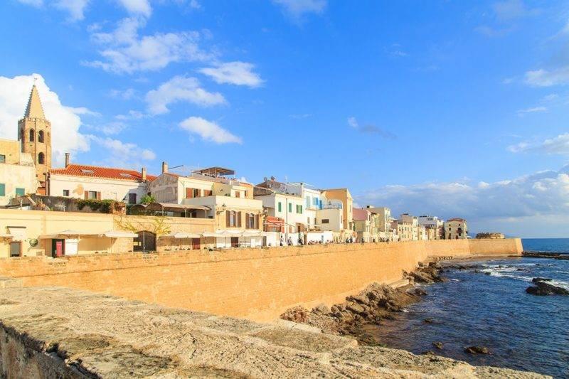Alghero, uma das principais cidades da Sardenha.