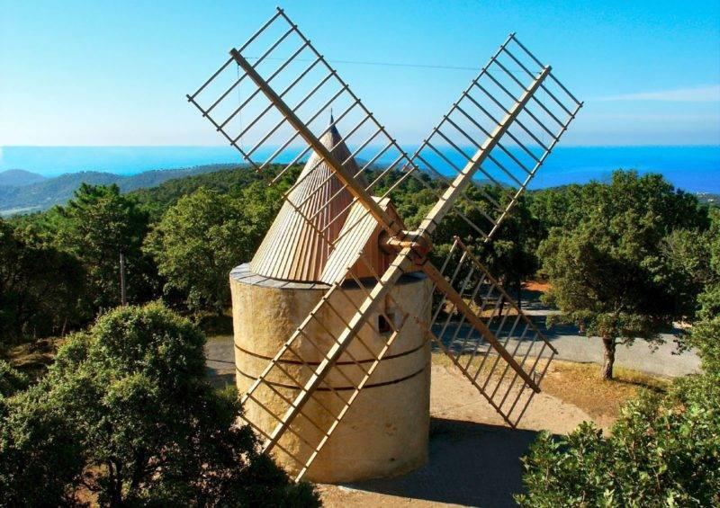 Dicas Saint Tropez: o moinho Moulin de Paillas e a vista do mar ao fundo.