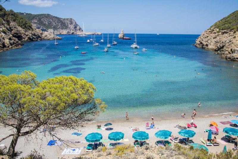 Coloração incrível do mar de Cala Benirras em Ibiza.