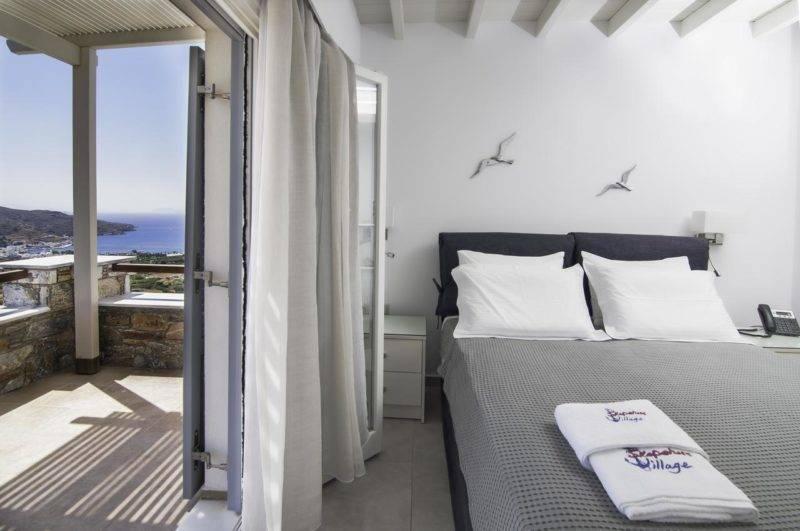 Onde se hospedar em Amorgos: Quarto do Skopelitis Village com varanda.