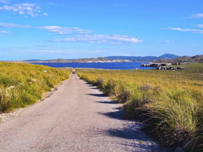 As estradas de Menorca, nas Baleares, arrancam suspiros em cada curva.