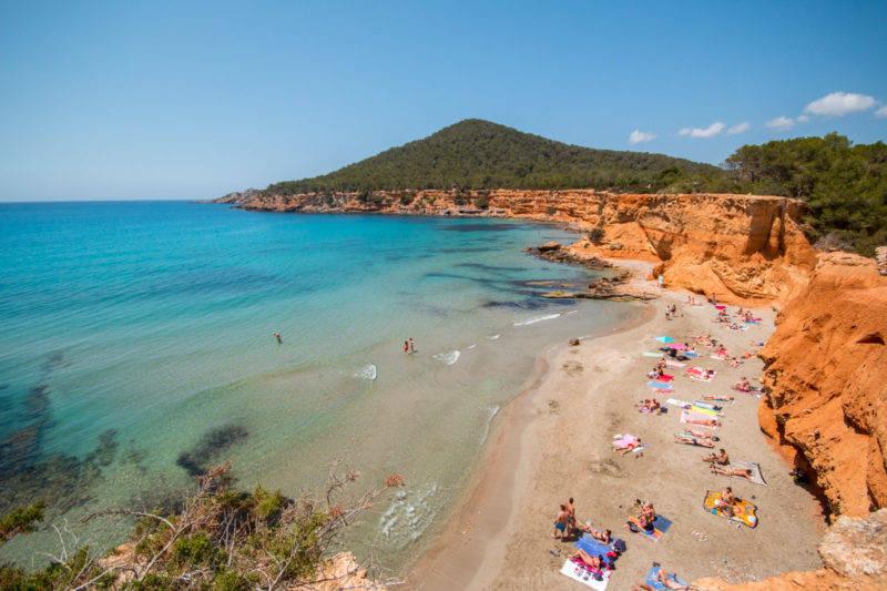 O contraste de cores da Cala Es BolNou em Ibiza.