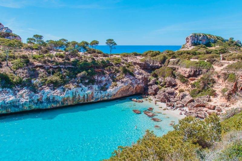Praias mais bonitas de Mallorca: o azul intenso do Caló des Moro.
