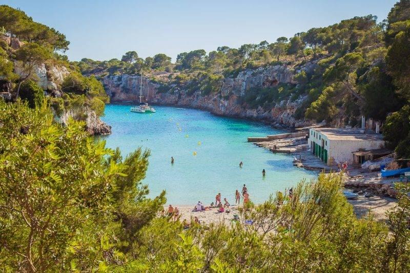 Pequena e azul Playa de Cala Pi em Mallorca.