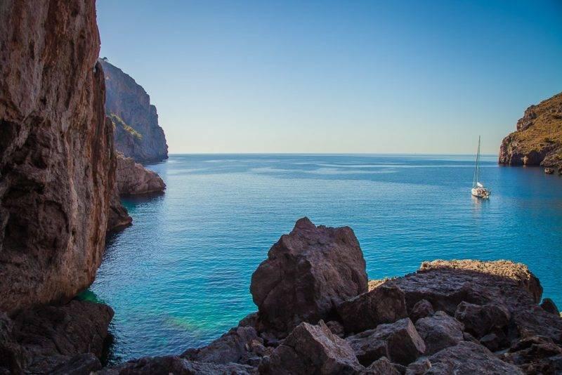 As praias mais lindas de Mallorca: Vista da Sa Calobra, que fica entre paredões estreitos.