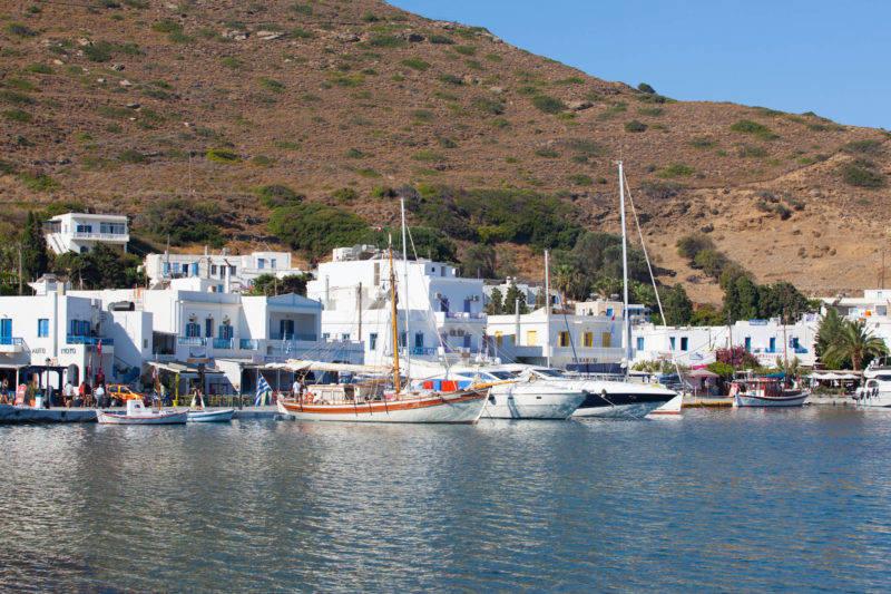O que fazer em Amorgos: Vila de Katapola vista do mar.