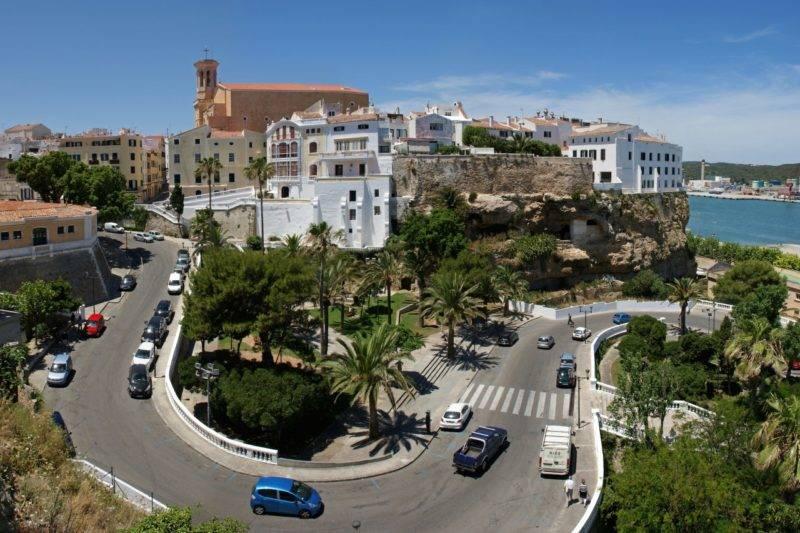 Atividades em Menorca: se perca pelas ruas tortuosas e lindas de Maó.