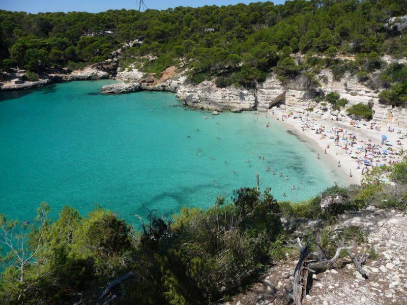 A linda e azul Cala Mitjana em Menorca.