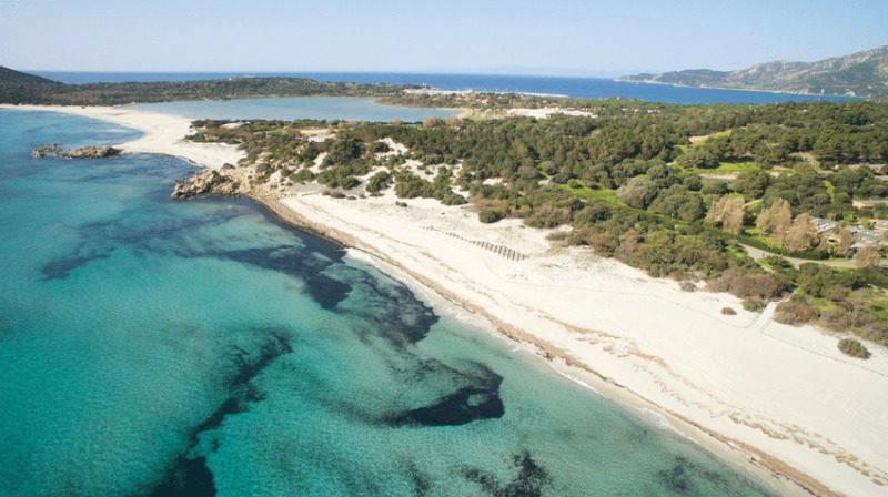 A larga e linda praia Simius, no sul da Sardenha.