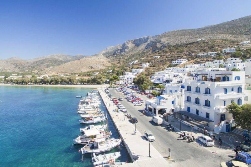 Cidade e praia de Aegiali em Amorgos.