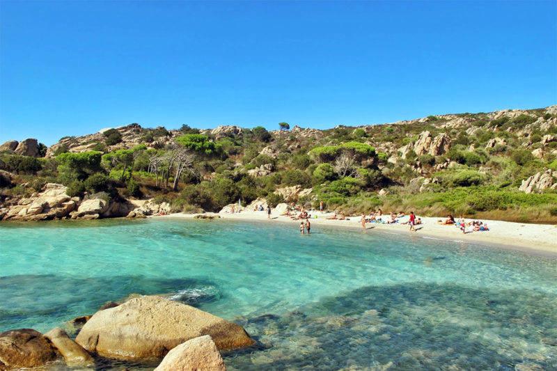 Outra praia imperdível em Caprera, a Cala Serena.