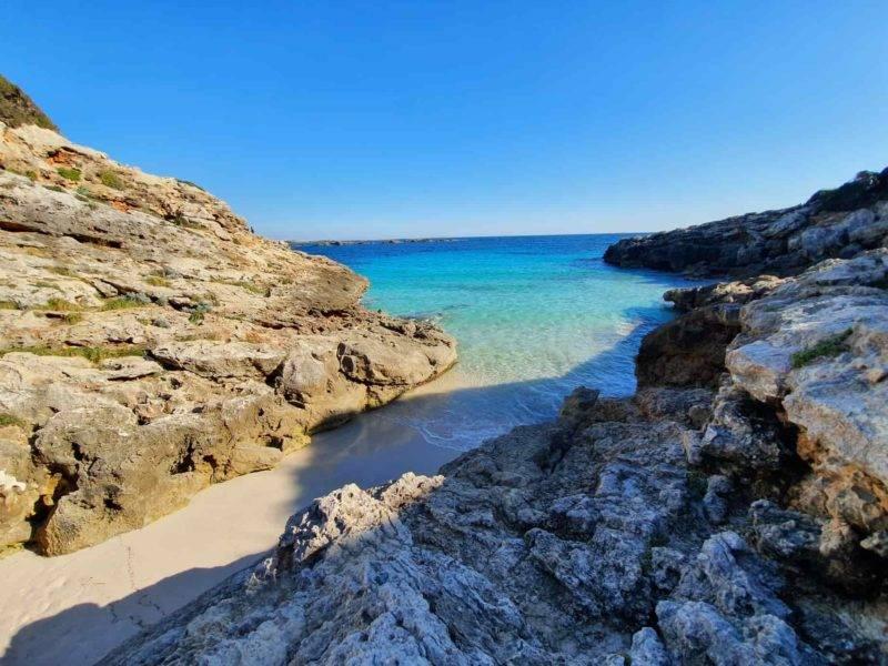 Estreita e linda Caló Blanc em Menorca.