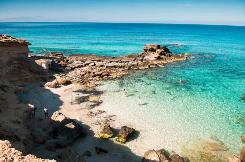 Baleares dicas: a charmosa e pequena Cala Saona em Formentera.