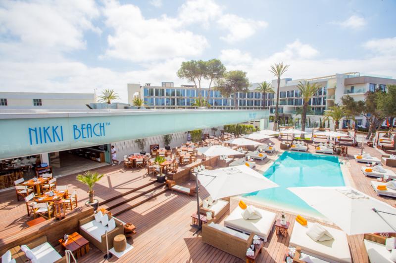 Beach Club em Ibiza: estrutura do Nikki Beach.