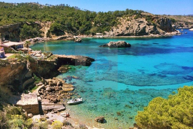 Praias baleares: a pequena e charmosa Cala Xarraca.