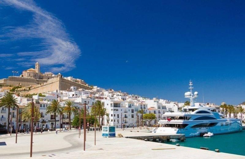 Dicas e Ibiza: as construções brancas do bairro La Marina.