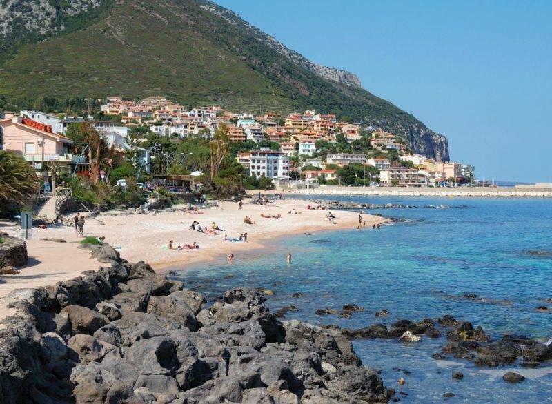 Dicas Sardenha: Cidade de Ganone com a praia linda de mesmo nome em frente.