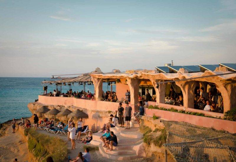 O que fazer em Ibiza: ver o pôr-do-sol do Sunset Ashram.
