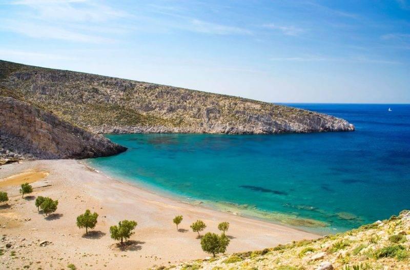 Melhores praias de Astypalea: a azul Vatses Beach.