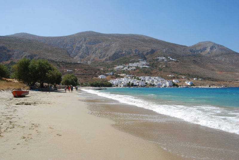 Mar azul da Aegiali Beach em Amorgos.
