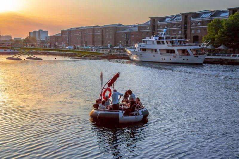 O que fazer em Londres no verão: churrasco a bordo de um bote.