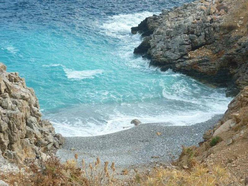 Pequena e escondida Tripiti Beach em Amorgos.