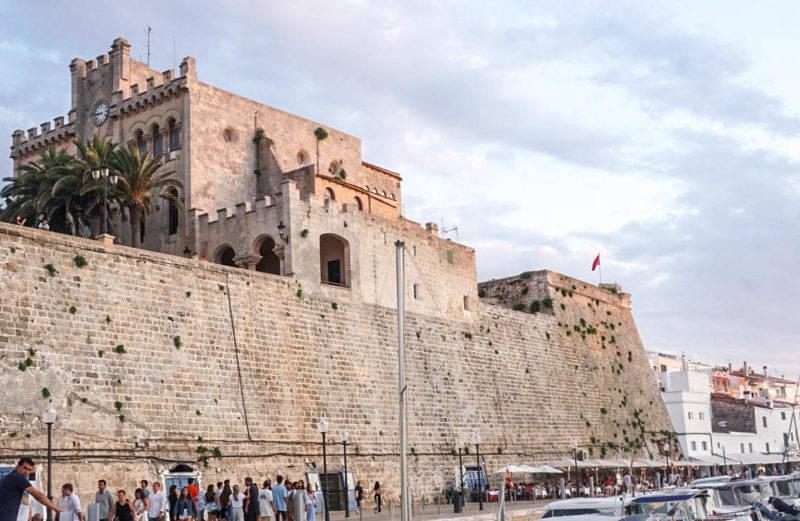 A prefeitura de Menorca funciona num castelo sobre o mar!!