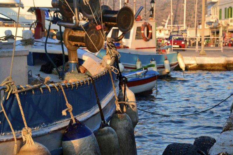 Katapola e seus barcos pesqueiros, em Amorgos