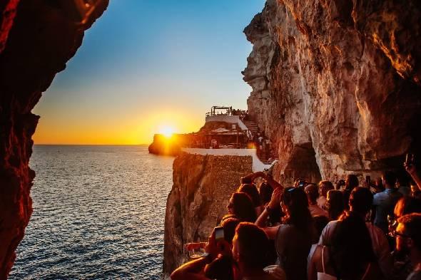 O Cova d'en Xoroi é encrustado em uma rocha, sobre o mar, e tem essa vista