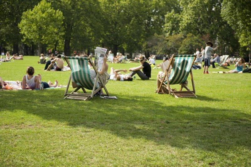 Londrinos aproveitando o Green Park no verão.