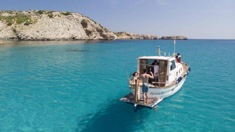 O barco do mar em Calma