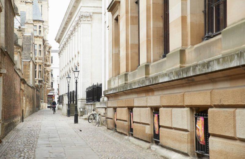 O que fazer em Cambridge: as ruas são cheias de prédios antigos.