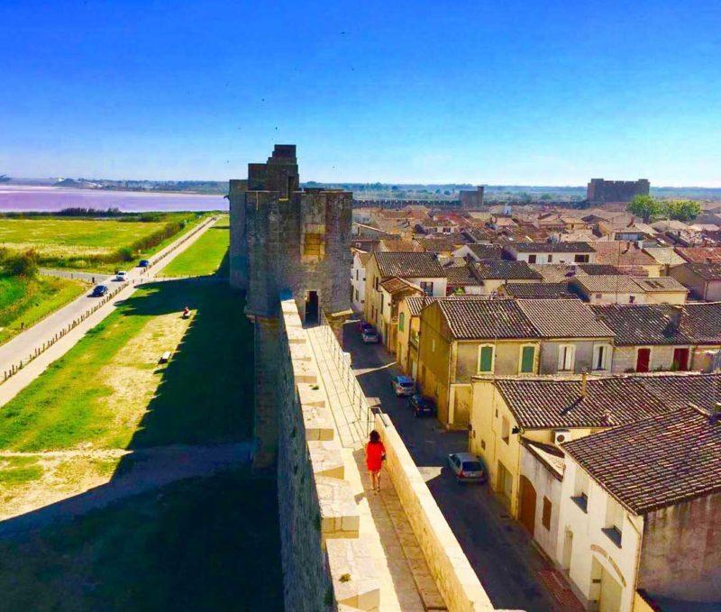 Cidades medievais para conhecer na França: a muralha que cerca Aigues-Mortes.
